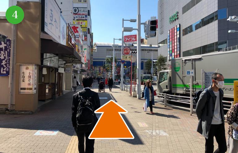 50メートルほど真っ直ぐ進むと、横断歩道が見えてくる為渡ります。