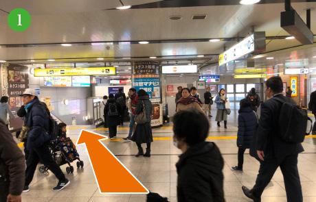 京成船橋駅の改札を出て左側の出口に向かいます。