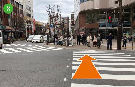 本町一丁目の交差点も直進したください。
