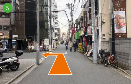 矢印の通りに左折してください。